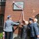 Ods�oni�cie tablicy na budynku policji